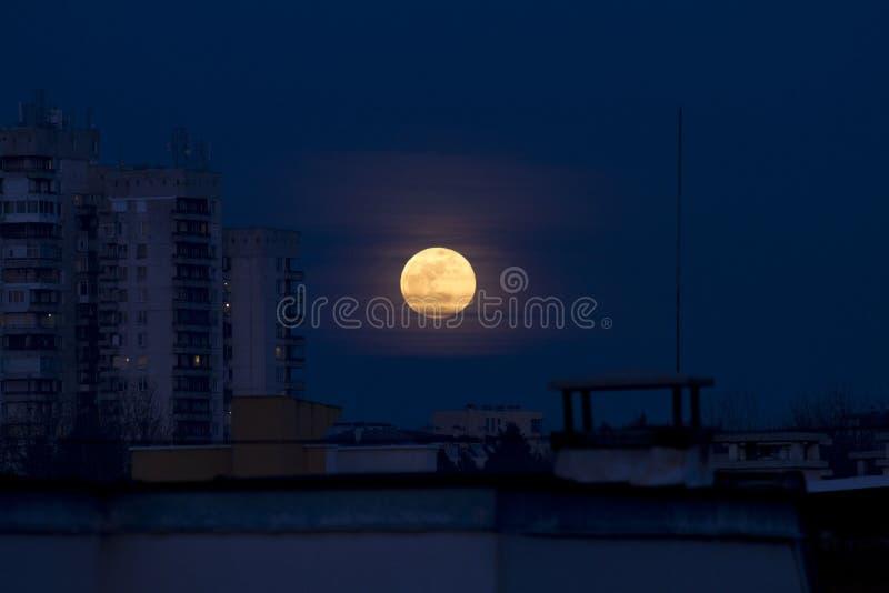 Sangre azul luna 31 de enero de 2018 estupendo de Easterm Europa, Bulgaria, Sofía Eclipse lunar La luna estupenda al lado del edi imágenes de archivo libres de regalías