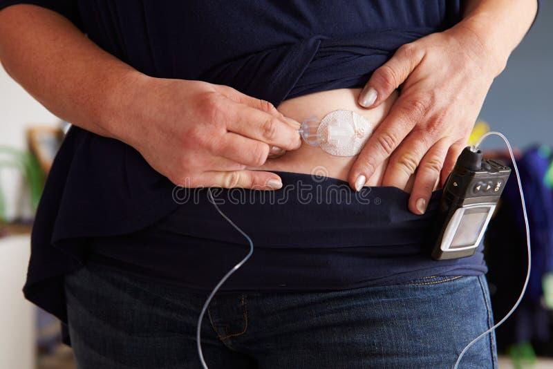 Sangre de comprobación diabética masculina Sugar Levels imagenes de archivo