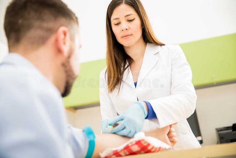 Sangre femenina del dibujo del doctor del paciente imágenes de archivo libres de regalías