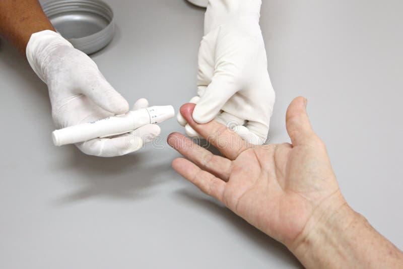 Sangre que dibuja a las yemas del dedo. fotos de archivo libres de regalías