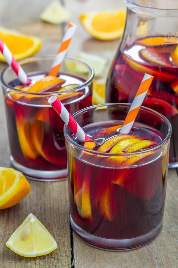 Sangria κόκκινου κρασιού με τα πορτοκάλια και τα λεμόνια στοκ φωτογραφία