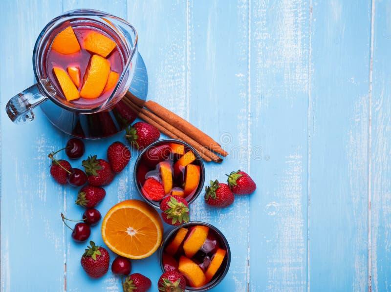 Sangria με τα κεράσια και τις φράουλες στοκ εικόνες με δικαίωμα ελεύθερης χρήσης