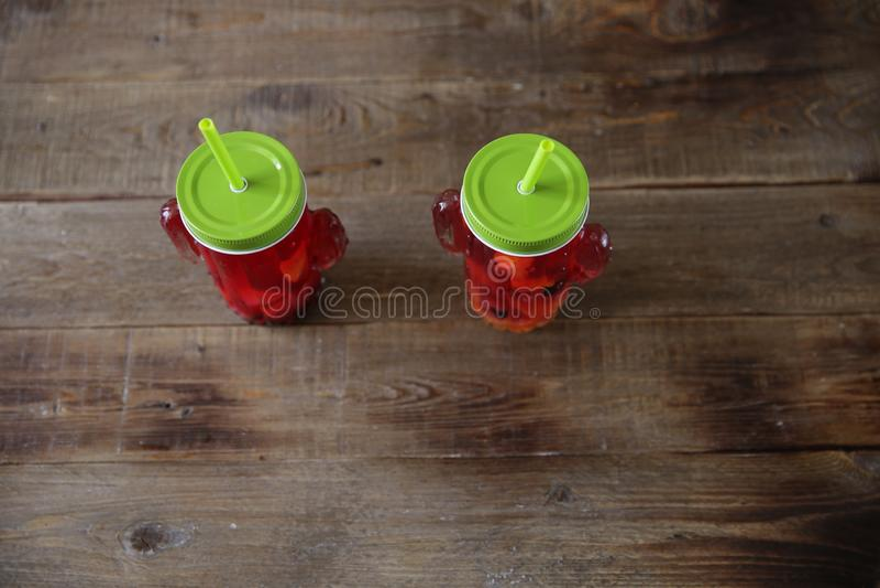 Sangria свежих ягод и цитрусовых фруктов в стекле с выпивая соломой на таблице сделанной из естественной древесины r стоковая фотография