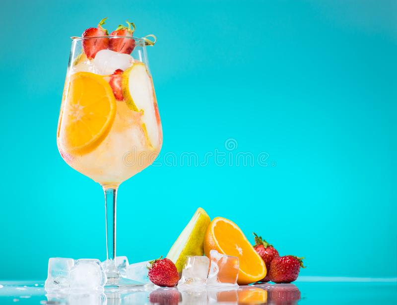 sangria de cocktail en verre de vin image libre de droits