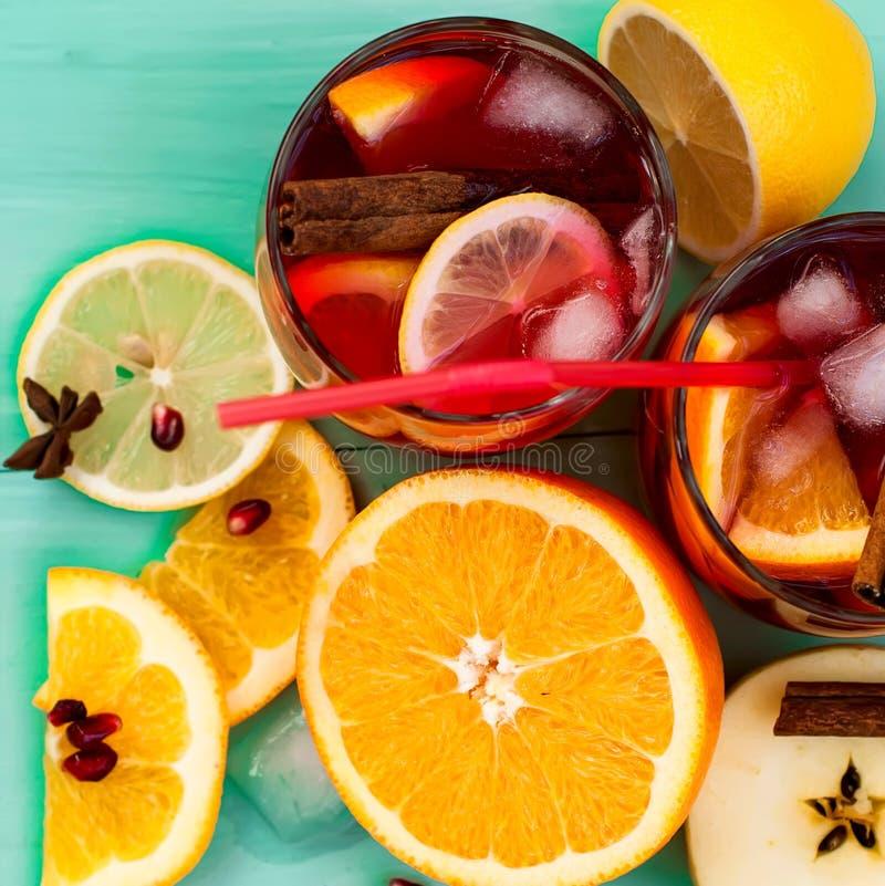 Sangria de refrescamento do fruto Bebida do verão imagens de stock