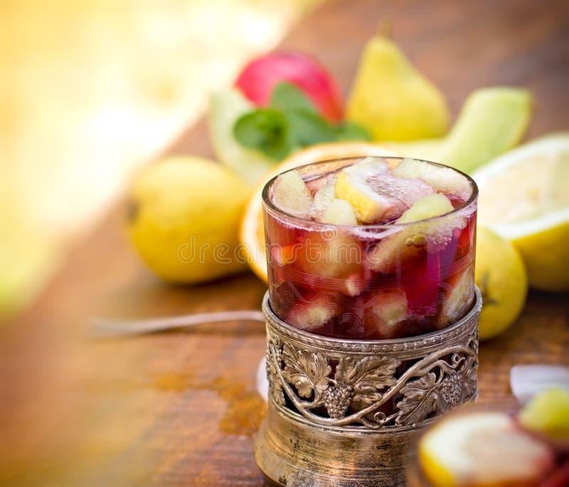 Sangria en ingrediënten - verse organische vruchten stock foto