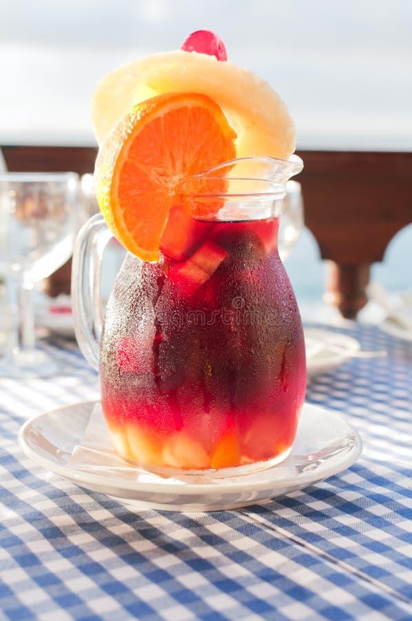 Sangria froide dans la cruche en verre avec le condensat photo stock