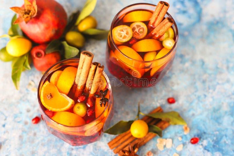 Sangria granatowiec, bonkreta, pomarańcze, kumquat i pikantność, cynamon, cloves, gwiazdowy anyż zdjęcia stock
