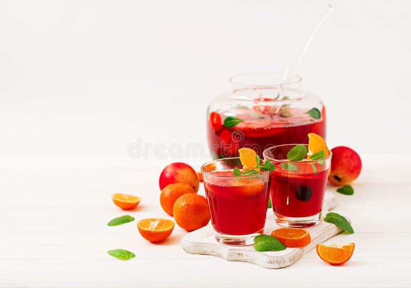 Sangria met vruchten en munt stock fotografie
