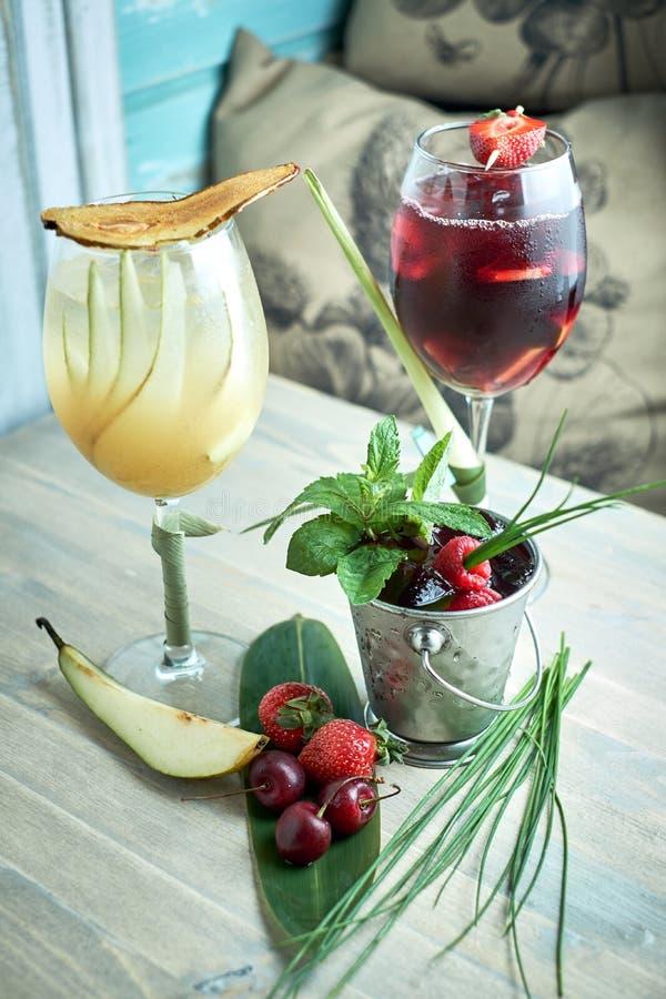 Sangria ou poinçon régénératrice avec des fruits dans le jpg en verre et de pincher photo stock