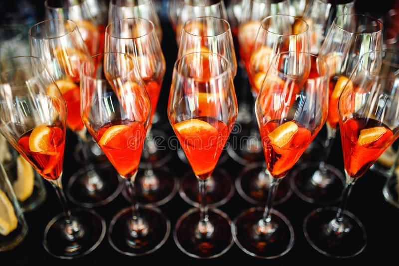 Sangria ou poinçon régénératrice avec des fruits en verres photographie stock libre de droits