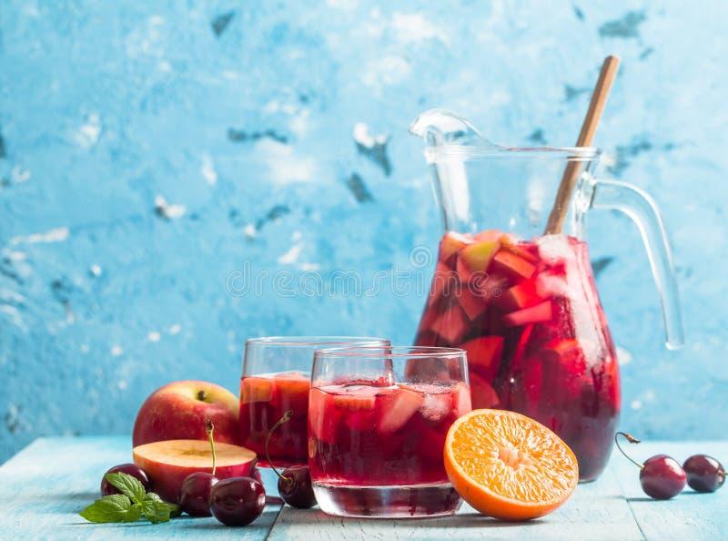 Sangria ou poinçon régénératrice avec le fruit photo libre de droits