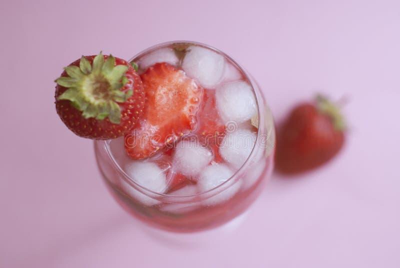 Sangria rossa deliziosa casalinga con il fondo di rosa della bevanda di estate del ghiaccio della fragola fotografia stock libera da diritti