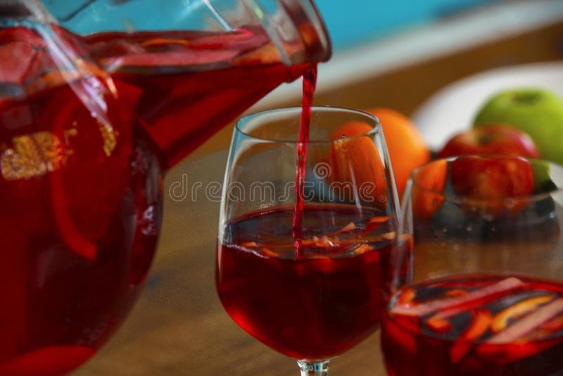 Sangriacocktail met vers fruit in glaskruik royalty-vrije stock foto