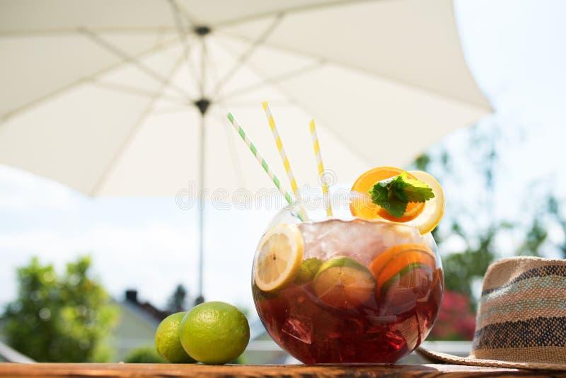 Sangriapunchbowl i sommar arkivfoton
