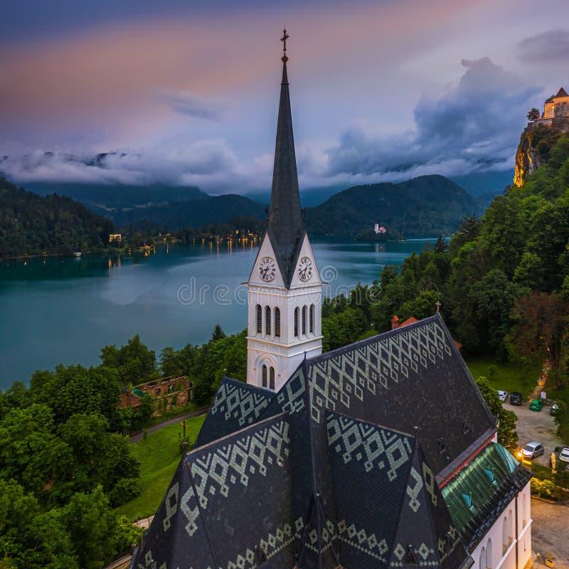 Sanguinato, la Slovenia - vista panoramica aerea della chiesa di parrocchia di bello St Martin all'ora blu con il laureato sangui fotografie stock libere da diritti