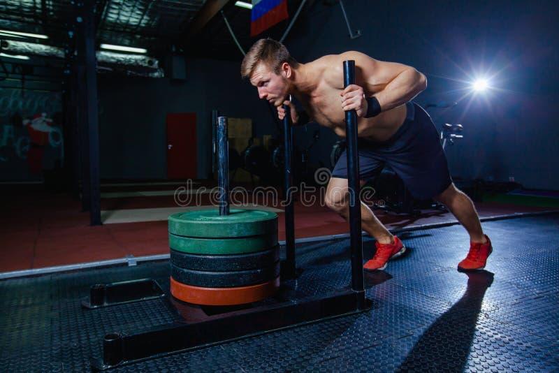 Sania pchnięcia mężczyzna dosunięcie obciąża treningu ćwiczenie przy gym Przecinający napadu styl fotografia stock