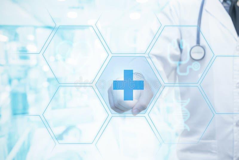 Sanità e concetti medici, schermo commovente della mano di medico con il paziente sul fondo del letto illustrazione di stock