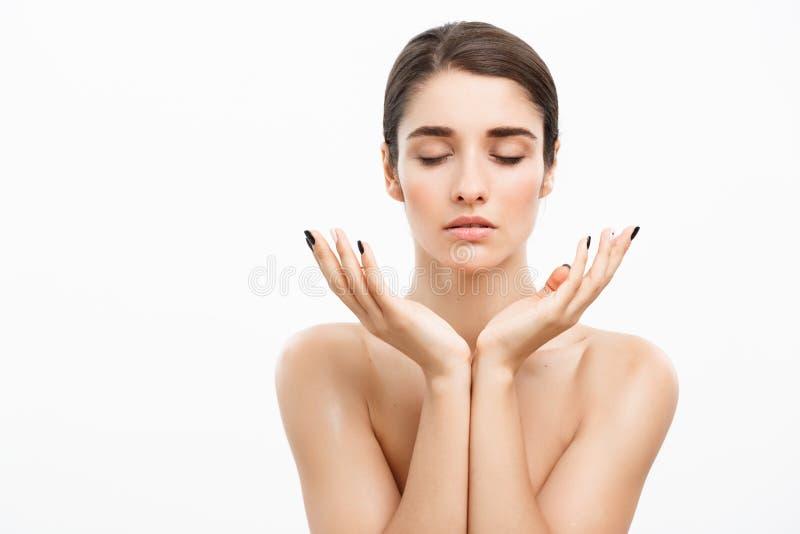 Sanità e concetto della stazione termale - giovane e donna in buona salute attraente con trucco nudo su fondo bianco fotografia stock libera da diritti