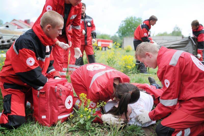 Sanitäter, die Person der ersten Hilfe nach Unfall geben Demonstrative Übungen lizenzfreies stockfoto