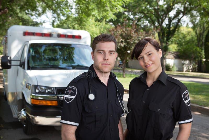 Sanitäter-Team-Portrait lizenzfreie stockfotos
