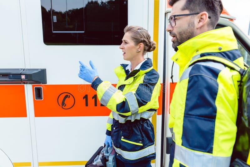 Sanitäterkrankenschwester und Notdoktor am Krankenwagen stockfoto
