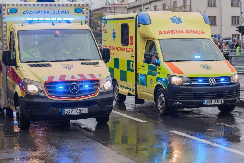 Sanit?ter reiten Krankenwagen auf Milit?rparade stockbild