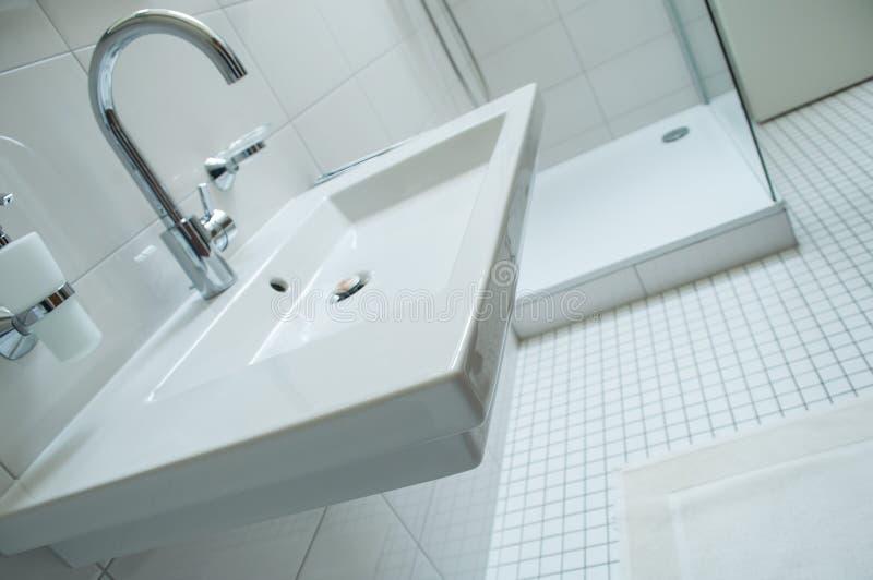 Sanitaire avec avec le robinet de chrome et la salle de bains blanche images stock