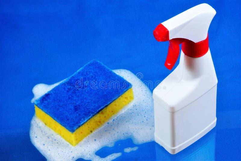 Sanitaire terugwinning van de zuiverheid van het afval, spons in het schuim en detergent nevel Het handhaven van veilige hygiënen royalty-vrije stock afbeelding