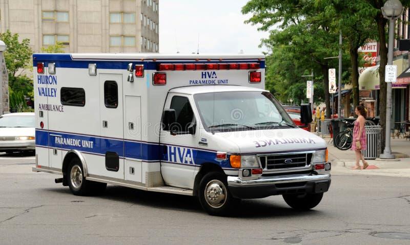 Sanitariusz jednostka na telefonie w sprawie nagłego wypadku zdjęcia royalty free