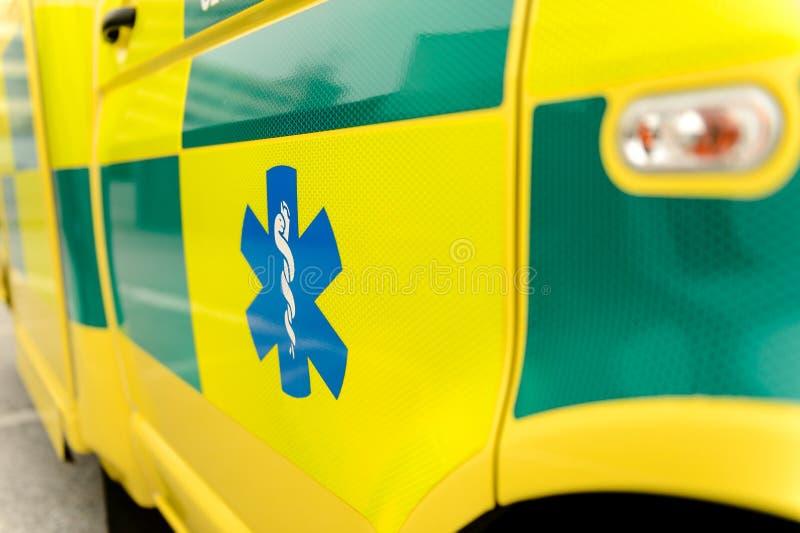 Sanitariusza symbol na ambulansowym samochodzie fotografia royalty free