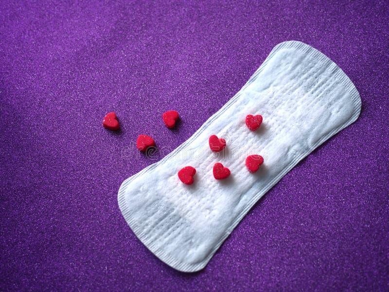 Sanitarna pielucha i czerwony serca tło zdjęcie royalty free
