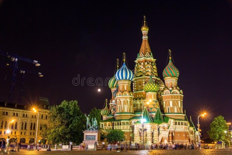 Sanka basilikas domkyrka i Moskva på natten royaltyfria foton