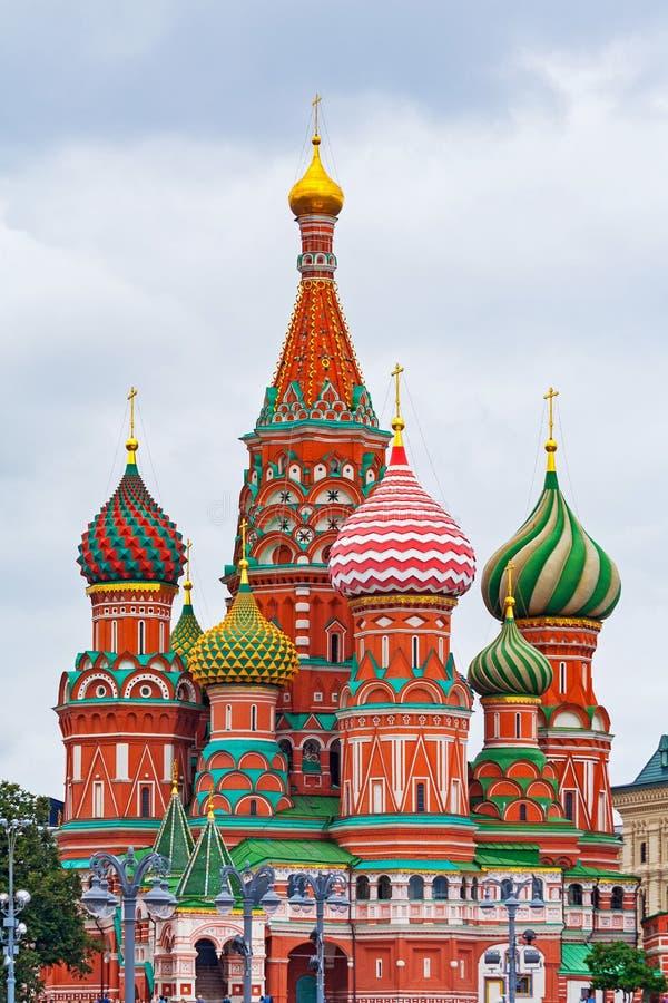 Sanka basilikas domkyrka på röd fyrkant i Moskva Ryssland mot en grå molnig himmel arkivfoto
