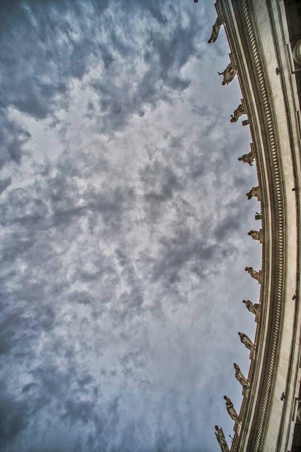 Sanka statyer på kolonnaderna royaltyfri foto