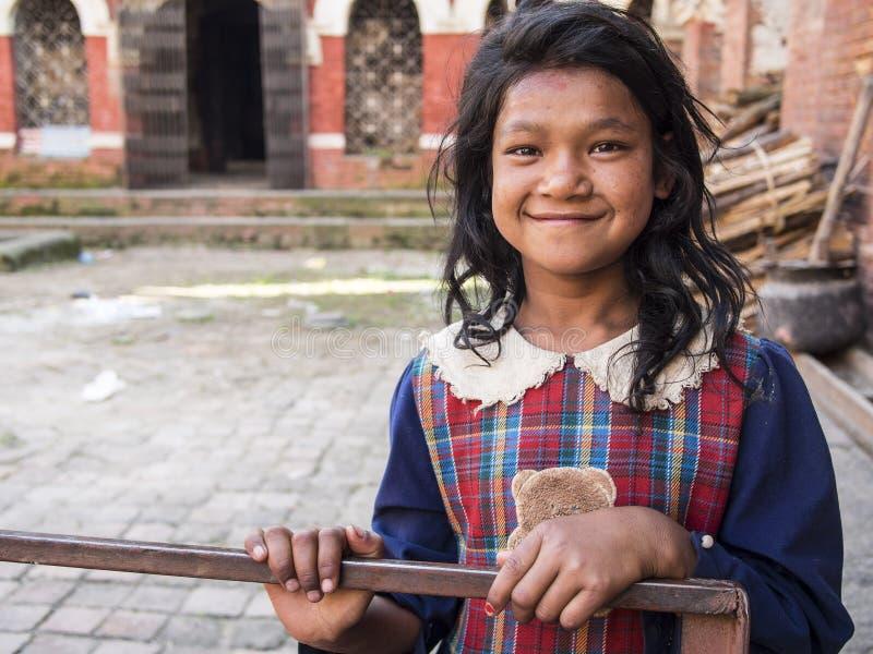 SANKHU, НЕПАЛ 13-ОЕ ОКТЯБРЯ 2012: неопознанная девушка приветствует стоковые изображения rf