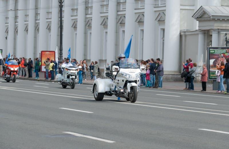 Sankt-彼得斯堡,俄罗斯- 2017年5月28日:小组骑自行车的人沿涅夫斯基Prospekt移动在圣彼德堡,俄罗斯 图库摄影