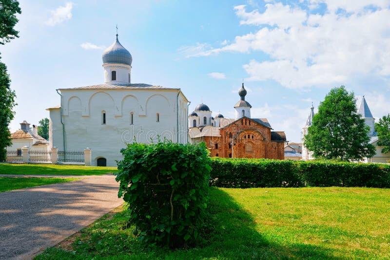 Sankt antagandedomkyrkaYaroslavl borggård i Veliky Novgorod, Ryssland royaltyfri fotografi