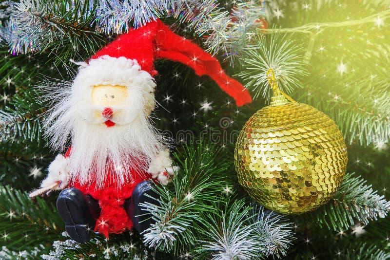 Sankt auf magischem Weihnachtsbaum Abstraktes Hintergrundmuster der weißen Sterne auf dunkelroter Auslegung stockbild