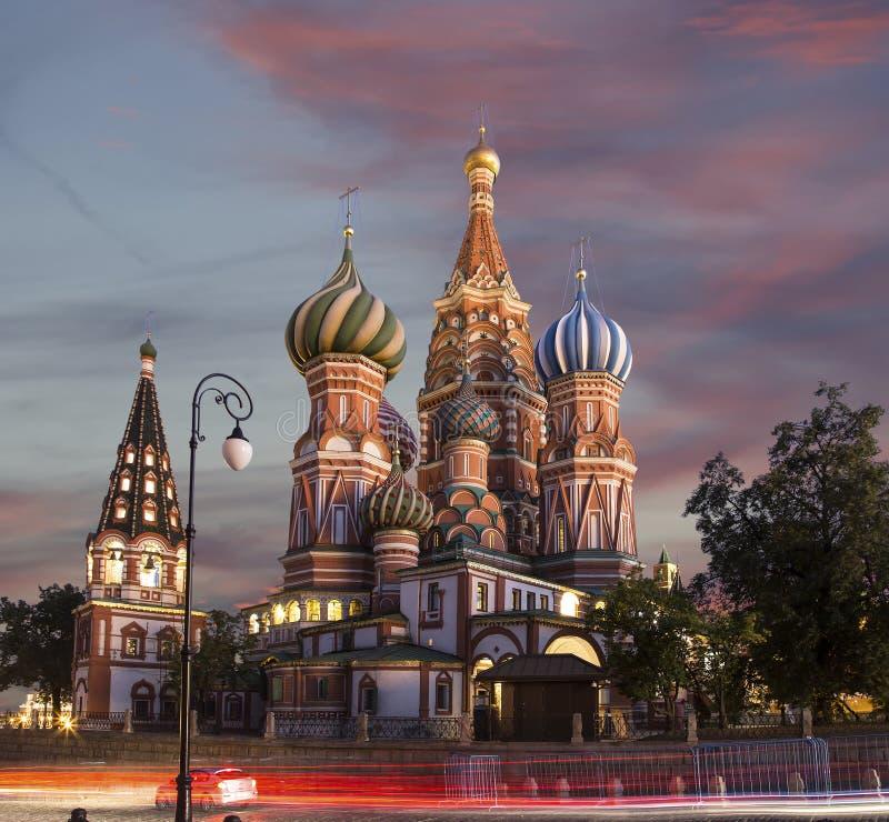 Sankt basilikadomkyrkatempel av basilika det välsignat på natten, röd fyrkant, Moskva, Ryssland royaltyfri foto
