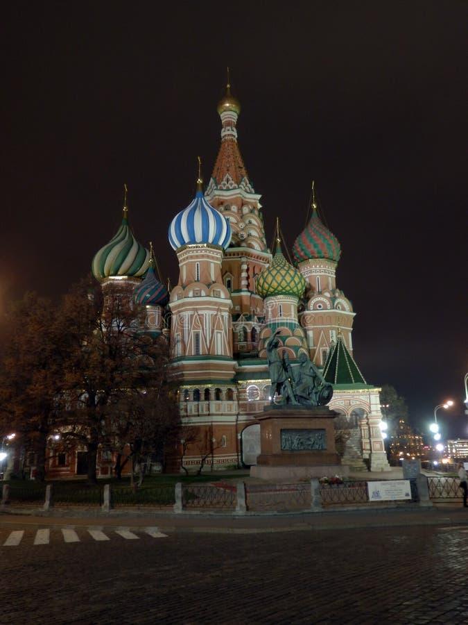 Sankt domkyrka för basilika` s av moscow vid natt royaltyfria bilder