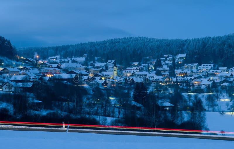 山滑雪胜地在晚上 免版税库存图片
