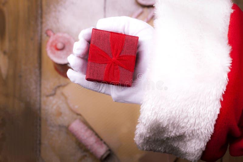 Sankt Hand mit einem Geschenk Buchstabe und ein Becher Tee Hölzerner Hintergrund und freier Raum für Text Homogene Struktur lizenzfreie stockbilder