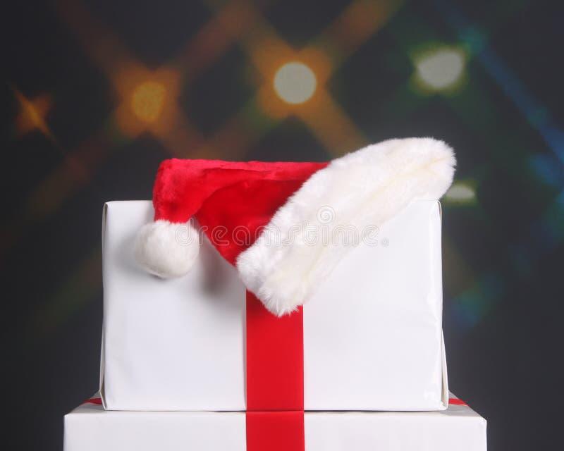 Sankt-Hut oben auf Weihnachtsgeschenke stockfoto