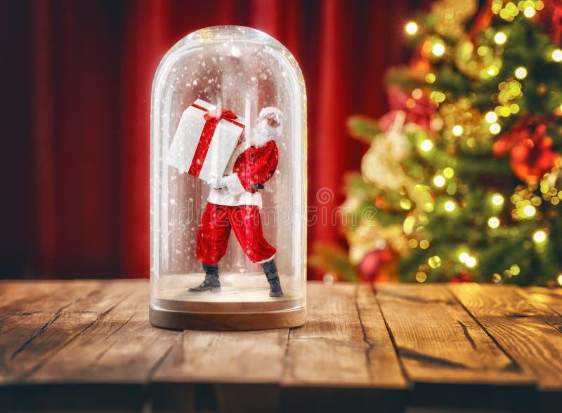 Sankt innerhalb einer Weihnachtsschneekugel stockfoto