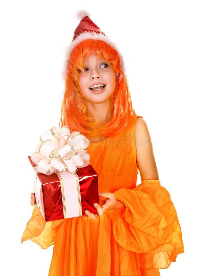 Sankt-Kindmädchen im orange Kostüm, roter Geschenkkasten stockfotos