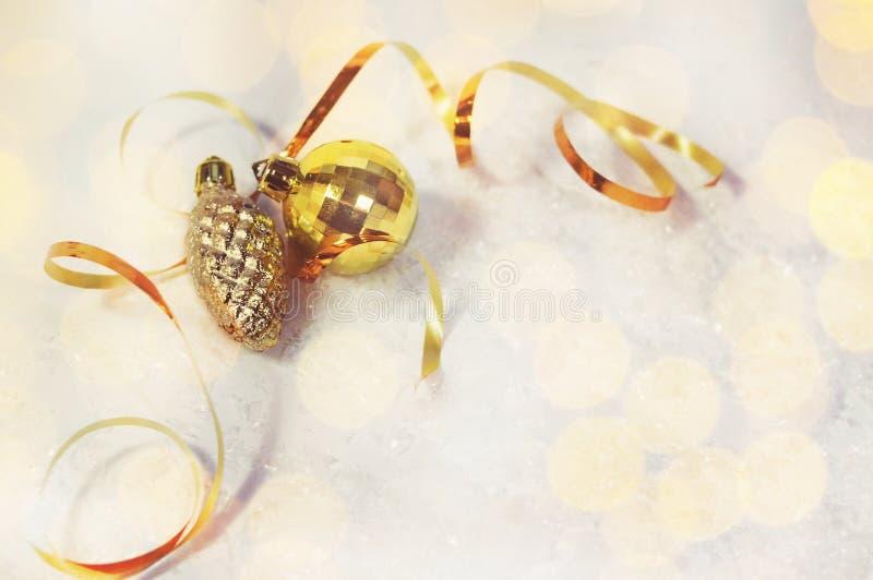 Sankt Klaus, Himmel, Frost, Beutel goldener Weihnachtsdekorationsball, pinecone, goldenes Band auf einem weißen Hintergrund mit S stockfotografie