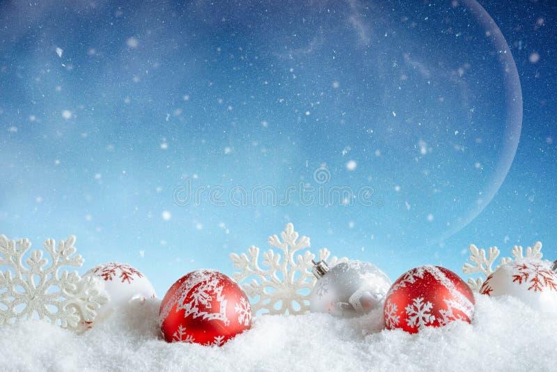 Sankt Klaus, Himmel, Frost, Beutel Rote und weiße Blasen und Schneeflocken im Winter lizenzfreies stockbild