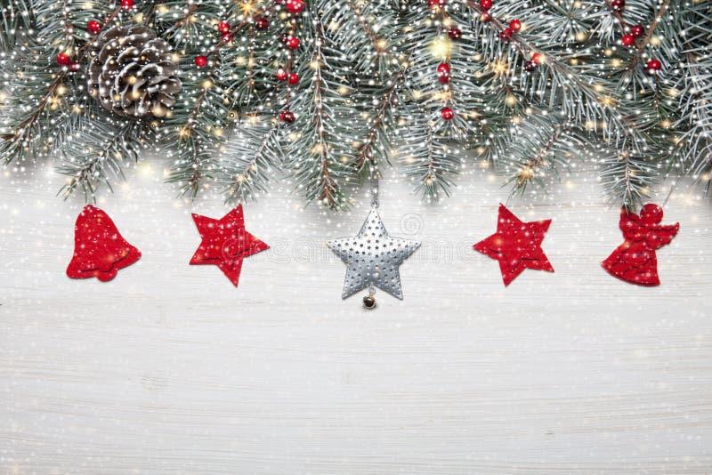 Sankt Klaus, Himmel, Frost, Beutel Weißer hölzerner Hintergrund mit Schneetannenbaum und -dekoration Draufsicht mit Kopienraum fü stockbild