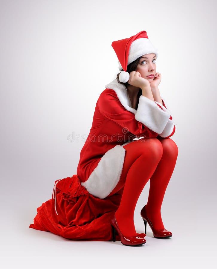 Sankt-Mädchen mit einer roten Tasche der Geschenke stockbilder